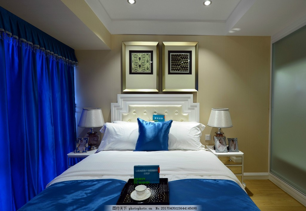 时尚卧室大床蓝色落地窗设计图