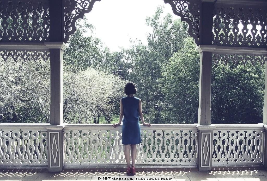 小清新美女背影 短发美女 院子 阁楼 栏杆 宝蓝色 连衣裙 高跟鞋图片