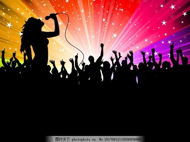 在欢呼的观众面前表演的女歌手的剪影 背景 人物 派对 男人 舞蹈