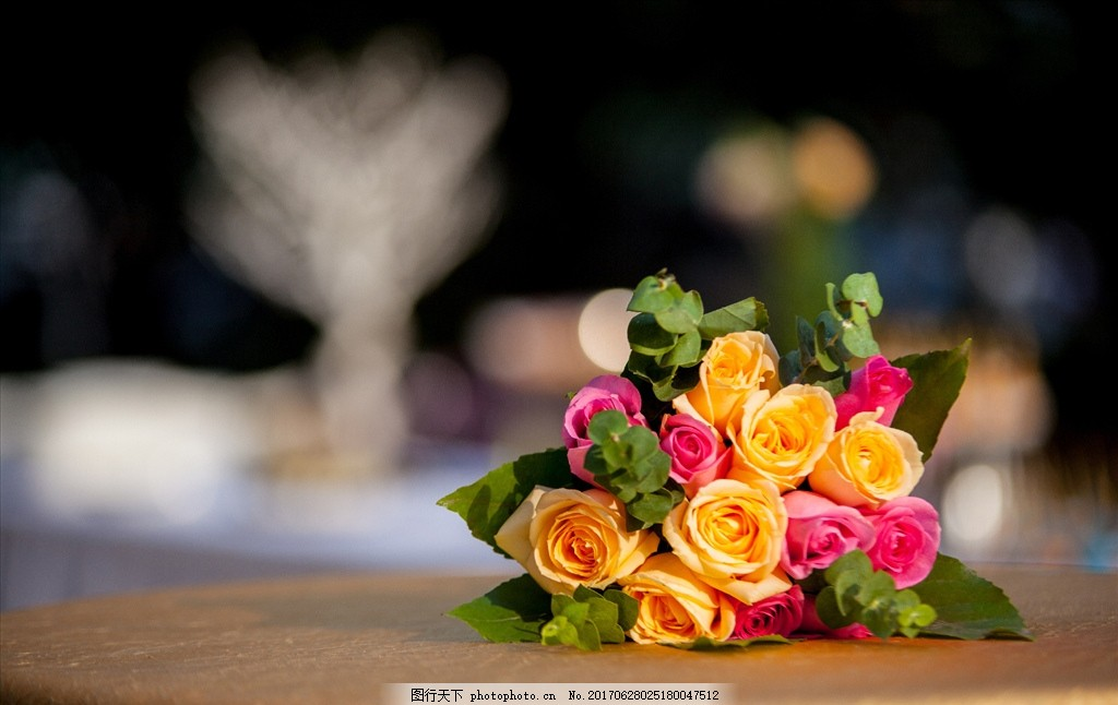 玫瑰花 鲜花 粉玫瑰 香槟玫瑰 花束 手捧花 绿叶 漂亮的花 摄影图片